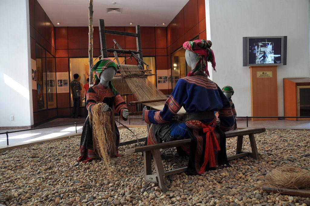 Trưng bày tái tạo dệt vải lanh của người Hmông