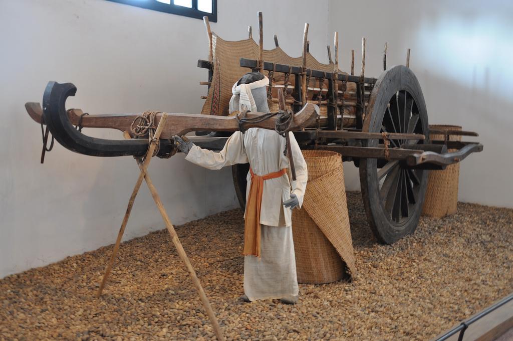 Trưng bày xe gốm dùng hai trâu kéo của người Chăm tại Nhà Trống Đồng