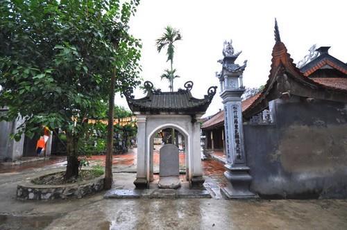 Bia đá trong chùa Hiến