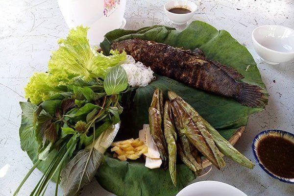 Cá lóc nướng lá sen tại làng nổi Tân Lập.