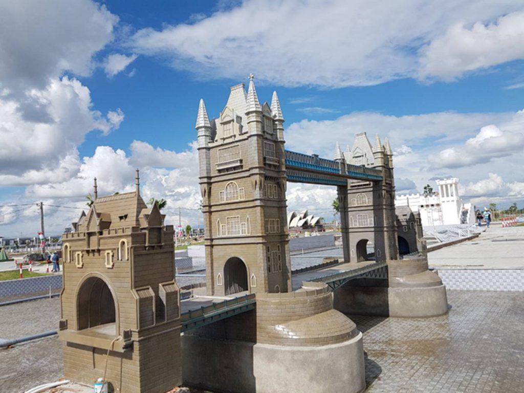 Cầu tháp của Luân Đôn tại công viên 7 kỳ quan thế giới.