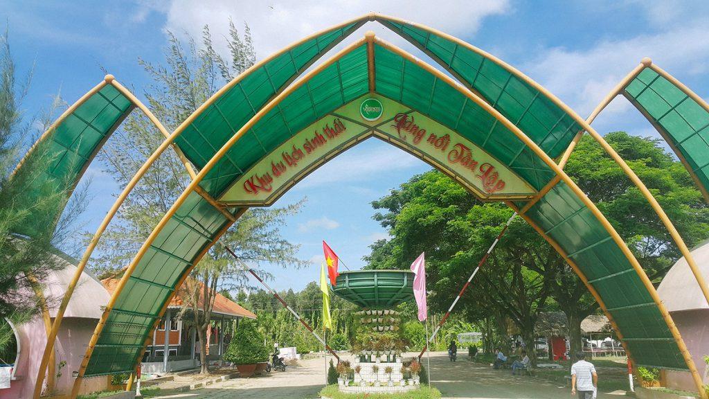Cổng ngoài của vườn tràm Tân Lập được thiết kế công phu và tỉ mỉ.
