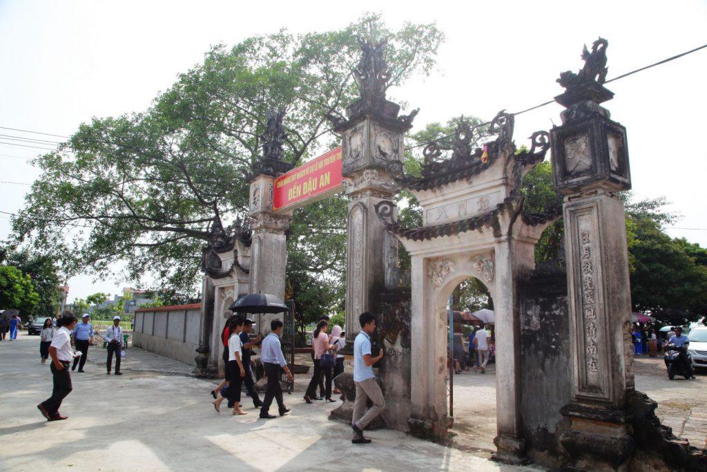 Đông đảo người đến viếng đền Đậu An