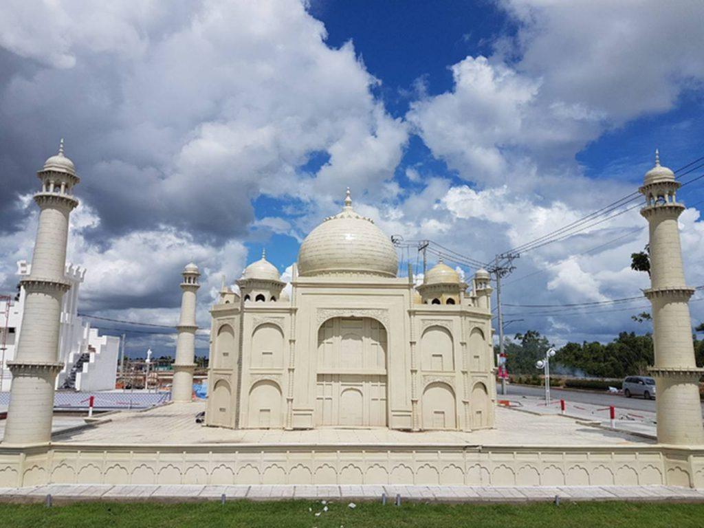 Đền Taj Mahel của Ấn Độ tại công viên 7 kỳ quan thế giới.