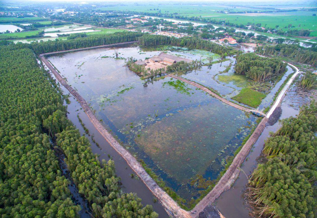 Bao quanh làng nổi là hệ thống sông và kênh rạch chằng chịt.