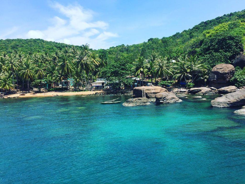 Bao quanh bờ biển trong mát là màu xanh của cây cối bao trùm.