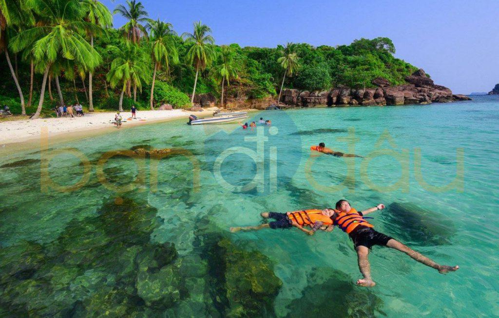 Các hoạt động ngoài trời diễn ra tại biển hòn Móng Tay.