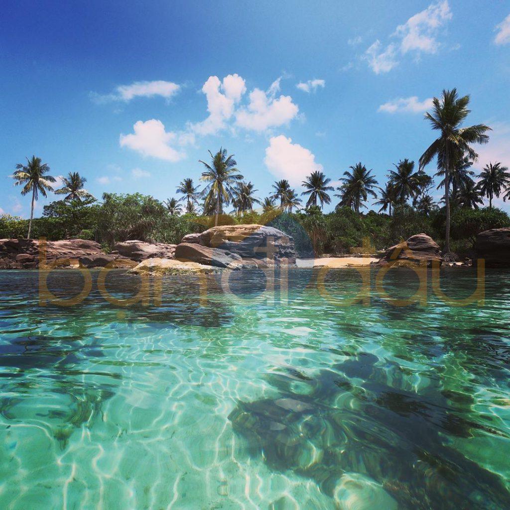 Nước biển hòn Móng Tay có màu xanh ngọc bích.