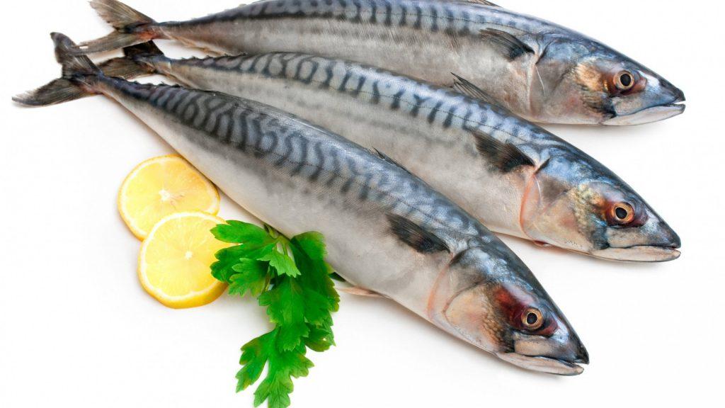 Cá còn tươi miệng sẽ hơi mở, mắt trong và giác mác đàn hồi, vảy cá dính chặt thân.