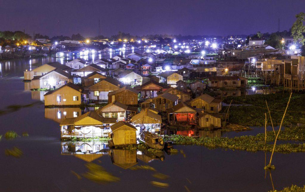 Làng nổi Châu Đốc khi về đêm.