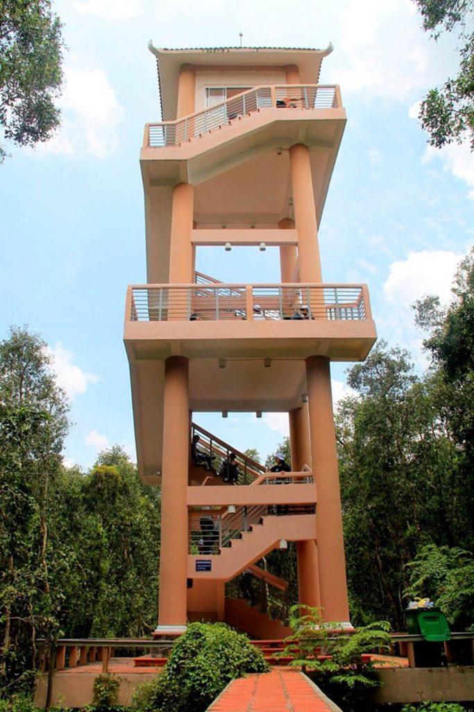 Ngọn tháp cao 38m ở vườn tràm Tân Lập.