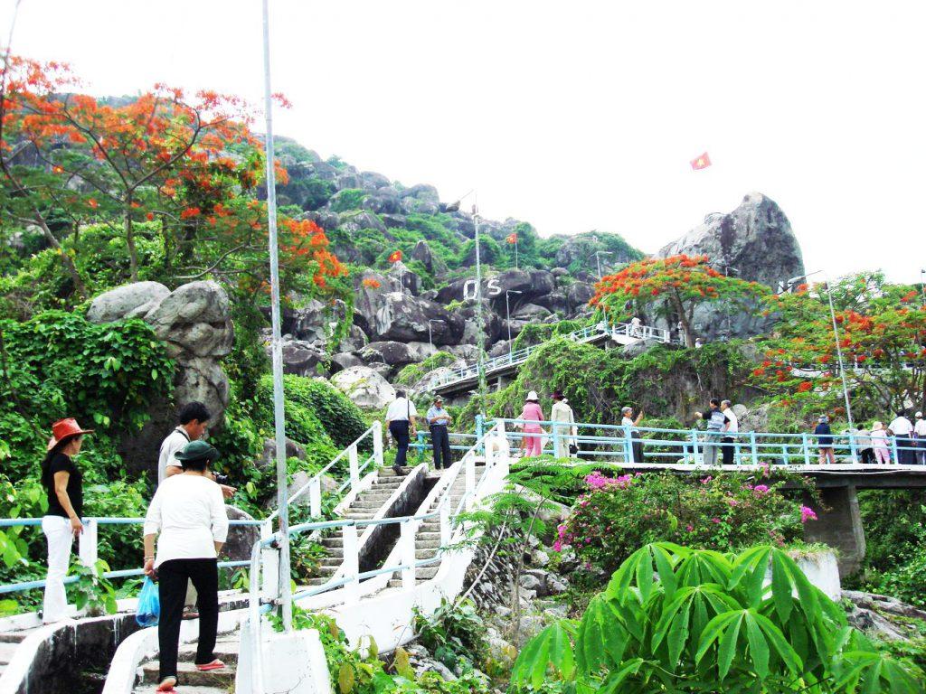 Với con đường lắt léo và những bậc thang dẫn lên phía đỉnh đồi.