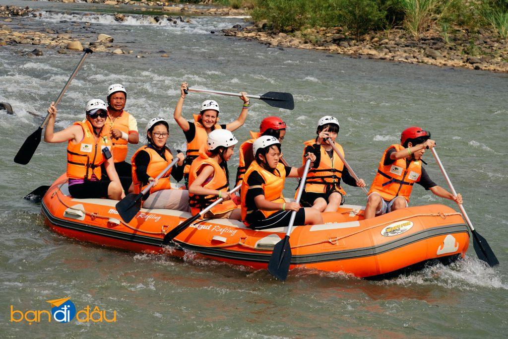 Trải nghiệm trò chơi dưới nước chèo thuyền Kayak.