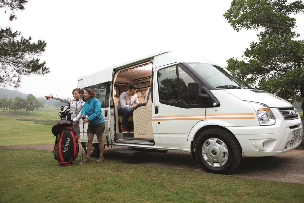 Ưu điểm đầu tiên của Limousine là đưa đón khách tận nhà.