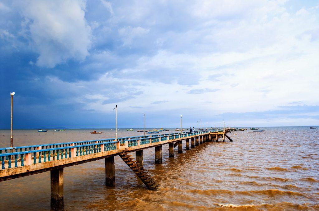 Có cây cầu dẫn dài ra phía biển.