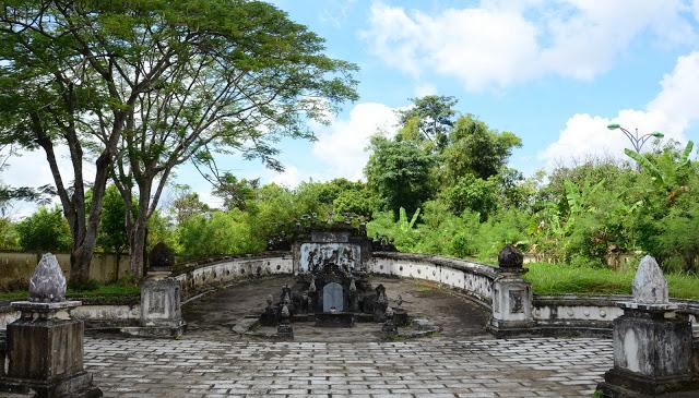 Xây dựng theo lối kiến trúc dành cho lăng tẩm vua quan lúc bấy giờ.