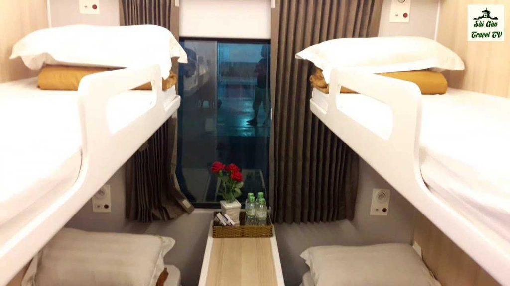 Giường nằm cao cấp trên xe lửa.