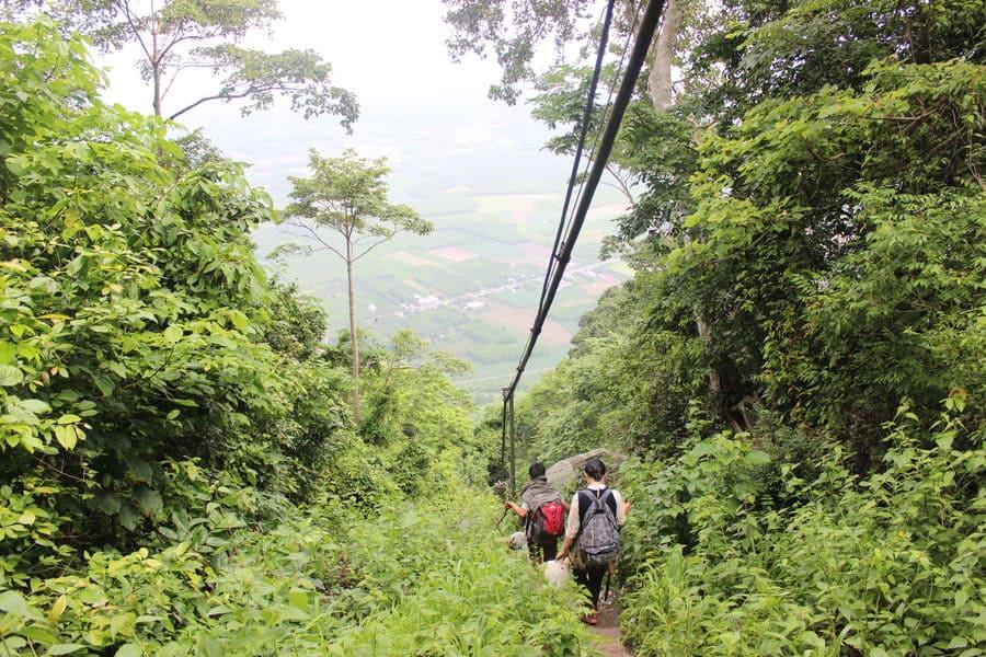 Chinh phục núi Núi Chứa Chan Gia Lào bằng đường cột điện